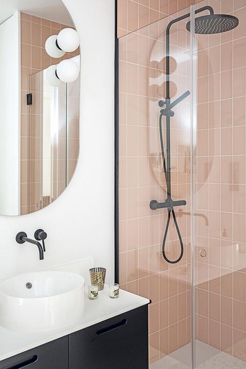 baño moderno en rosa y negro con cabina de ducha