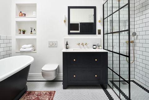 baño de estilo victoriano moderno decorado en blanco y negro con ducha y bañera