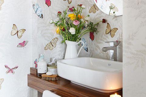 baño country con papel pintado de mariposas