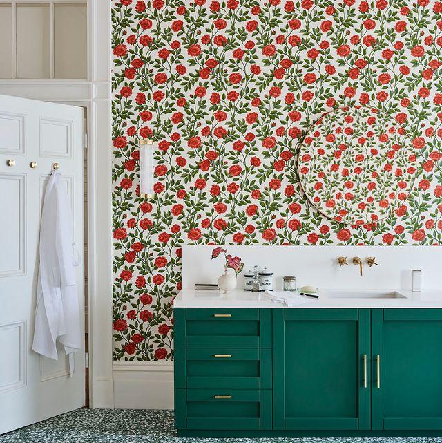 cuarto de baño decorado con papel de flores