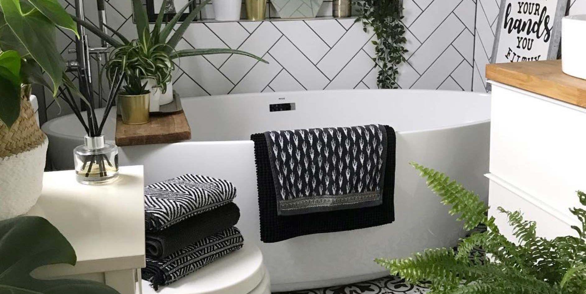 Cuarto de baño pequeño con bañera exenta