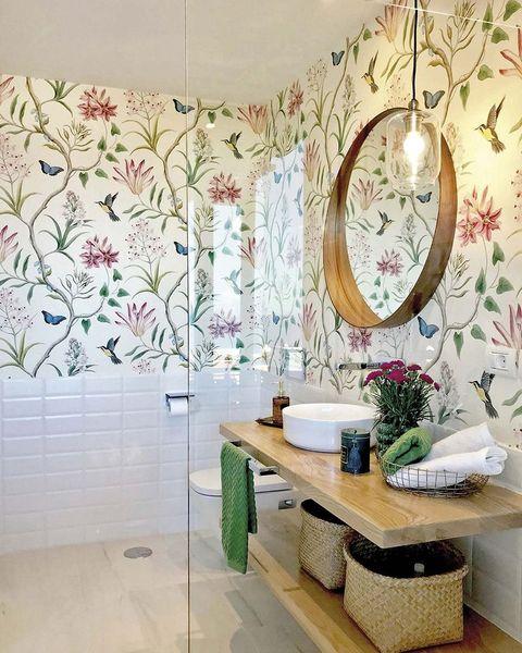 baño con papel de flores y pájaros en la pared