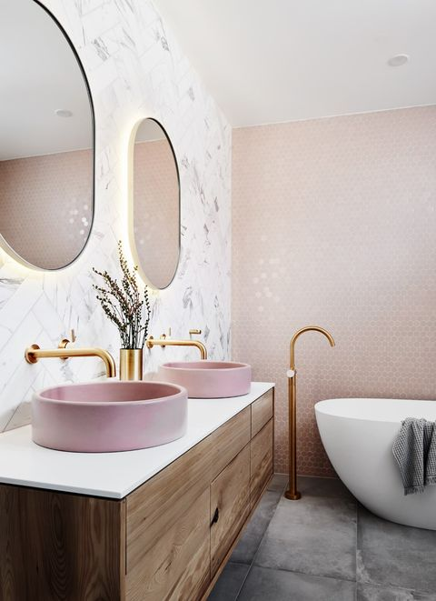 Cuarto de baño decorado en tonos rosas y dorados