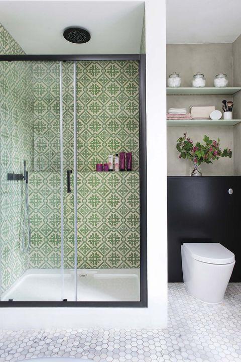 baño de color verde, negro y blanco