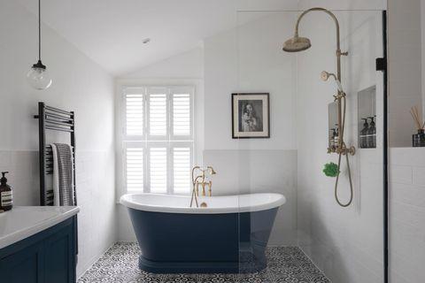 baño victoriano actualizado en color azul con baldosas hidráulicas