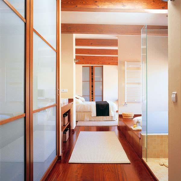 baño y vestidor en el pasillo del dormitorio