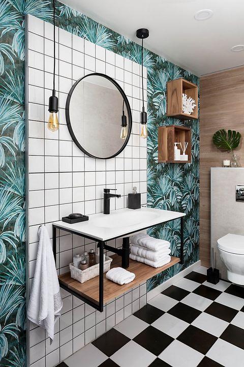el toque de color que aporta un papel pintado con motivo vegetal en un pequeño cuarto de baño es un ingrediente para resaltar