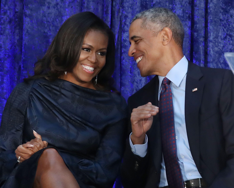 バラク・オバマ元大統領とミシェ...