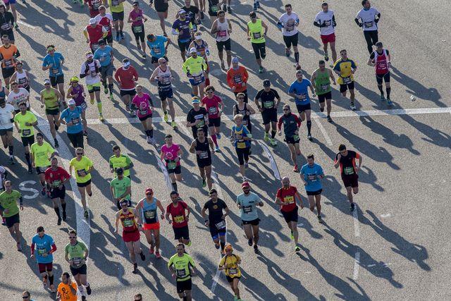 decenas de atletas corren durante el maratón de barcelona