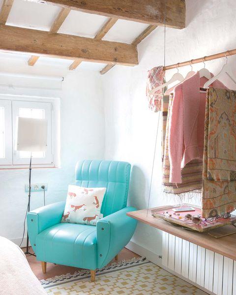 Dormitorio abuhardillado: Barra para colgar