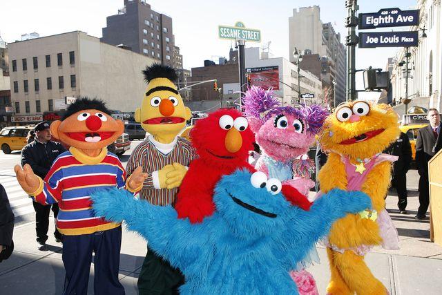 los personajes de barrio sésamo, en una foto de archivo