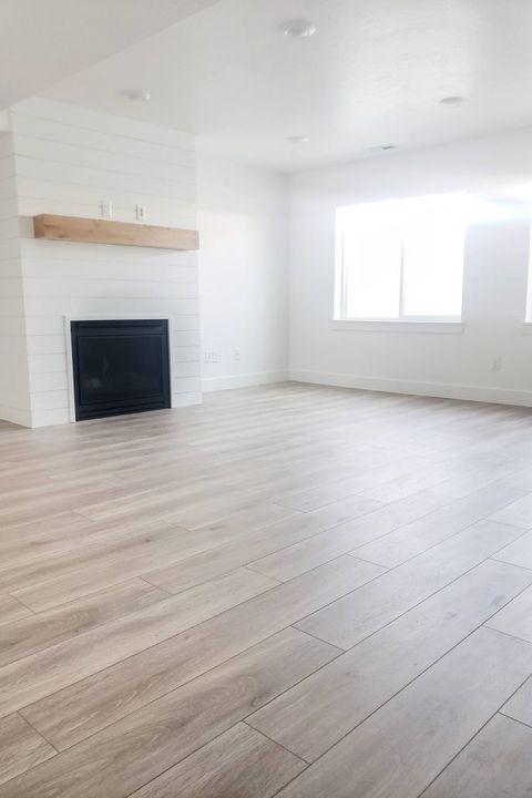 15 Diy Basement Flooring Ideas, Laminate Flooring For Basement