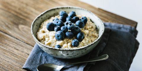 Gezond havermout ontbijt met bosbessen