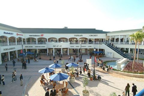 Building, Shopping mall, Public space, Architecture, Mixed-use, City, Plaza, Town square, Leisure, Tourism,