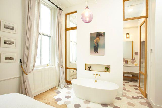 спальня с ванной в ней