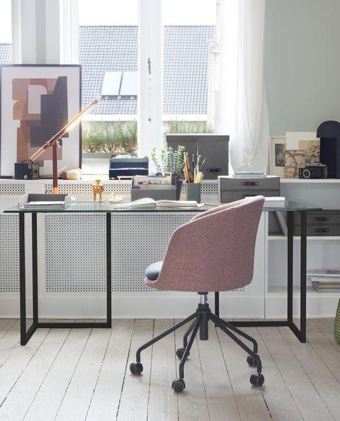 salón con zona de despacho y mesa acristalada, de bauhaus