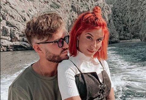 Bea y Rodri se lanzan a cantar co su primer single 'Abraza lo bueno'