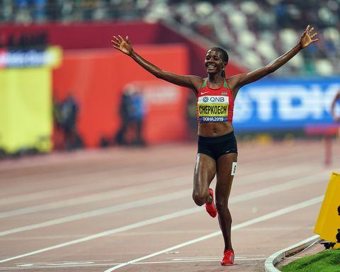 la plusmarquista mundial de 3000m obstáculos, la keniana beatrice chepkoech, celebra su triunfo en la prueba en el mundial de atletismo de doha 2019