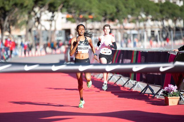 la keniana beatrice chepkoech entra en la meta de mónaco en su récord mundial de 5k en ruta