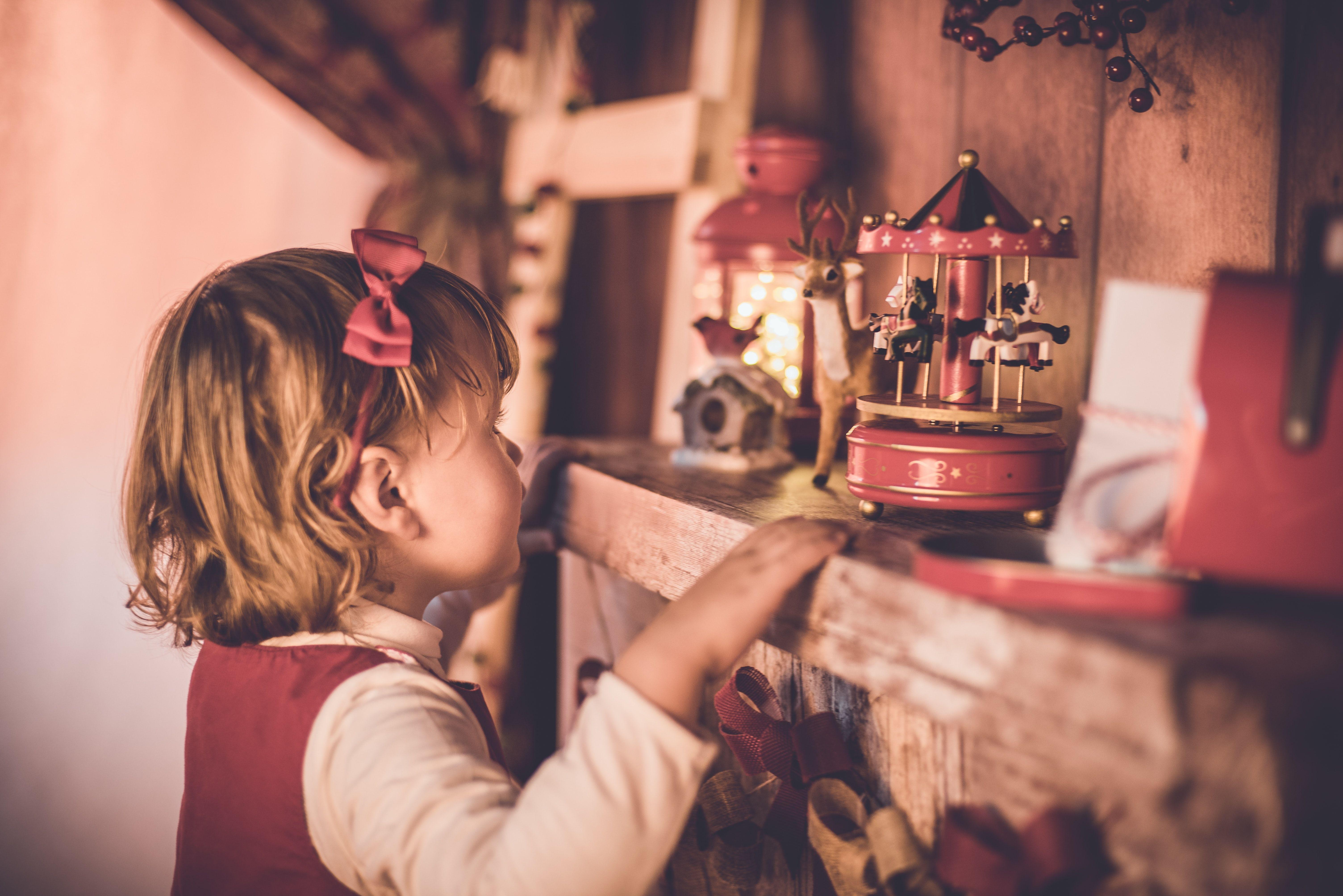 Risuonano di magia in ogni angolo della casa: ecco i carillon natalizi da comprare su Amazon