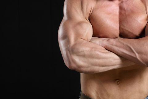 entrenamiento de pecho y tríceps con mancuernas