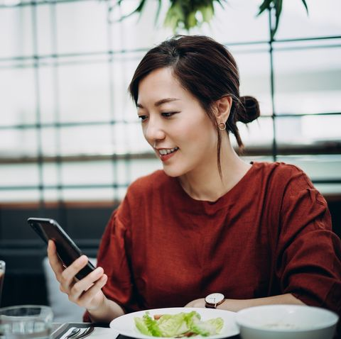 【飲食心理測驗】邊吃邊滑手機的人,內心充滿夢想?心理師從12種「吃飯方式」解析內在性格