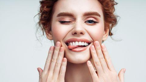 Vrouw trekt gek gezicht met make up