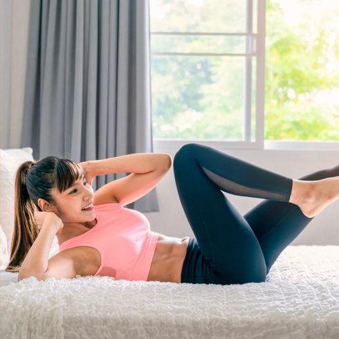 在床上燃燒脂肪!睡前10分鐘運動,5招「平板支撐、臀橋+捲腹」消除下半身囤積肥肉、尺寸直接小一號~