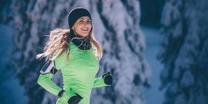 Vrouw aan het hardlopen in de bergen