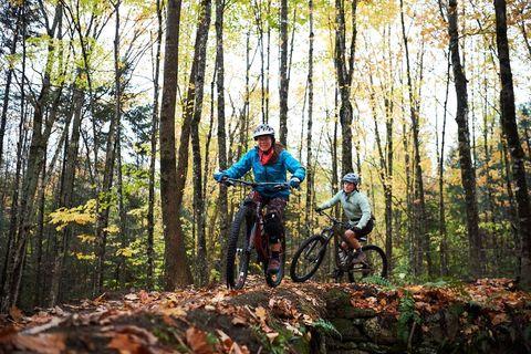 dos mujeres montando bicicleta de montaña