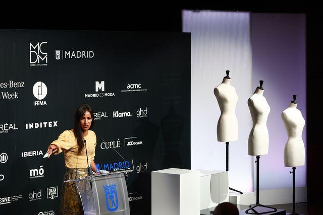 begoña billacís otorga el premio 'madrid capital de moda' a la firma oteyza