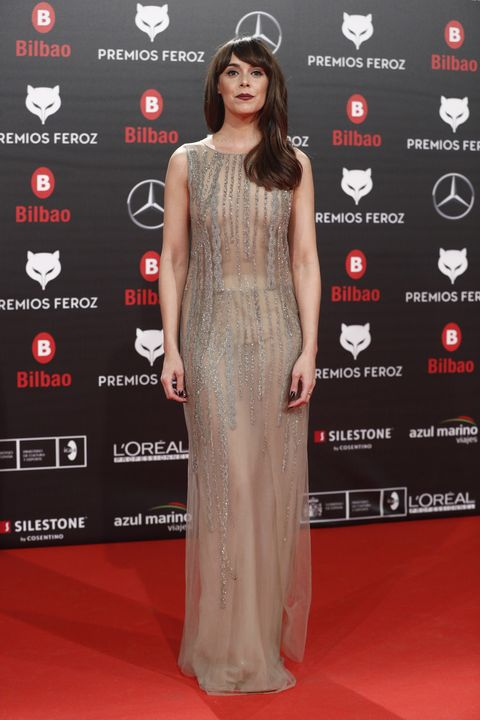 Red carpet, Clothing, Dress, Carpet, Fashion model, Premiere, Shoulder, Flooring, Gown, Hairstyle,