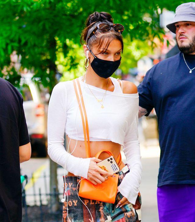 bella hadid met een mondkapje in new york city tijdens de coronapandemi
