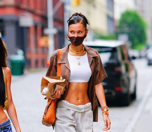 bella hadid gespot in new york in een wijde jeans