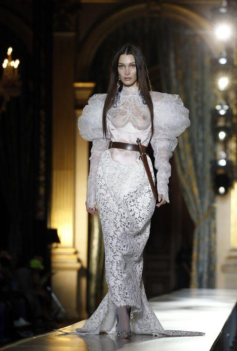 Model Bella Hadid sluit de Herfst/Winter 20-21 show van Vivienne Westwood