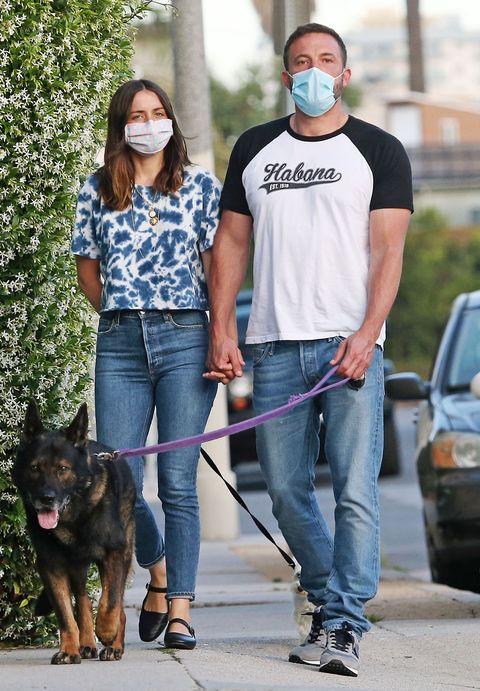 ben affleck y ana de armas, sus gestos de amor mientras pasean a los perros