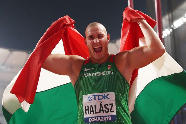 bence halÁsz celebra con la bandera húngara su medalla en lanzamiento de martillo en el mundial de atletismo de doha 2019