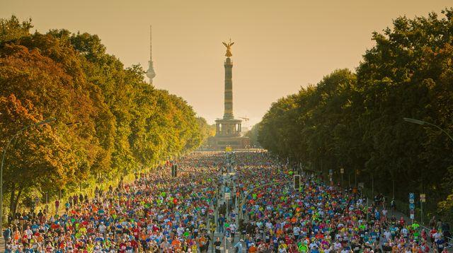 imagen panorámica de la multitud de corredores concentrada en el maratón de berlín