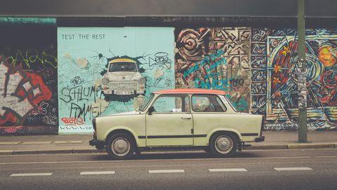 berlijnse muur met trabant