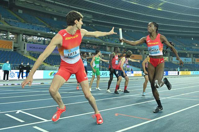 bernat erta recoge el testigo de aauri bokesa en el 4x400m mixto del mundial de relevos de silesia