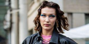 Bella Hadid op straattijdens Paris Fashion Week Herfst/Winter 2020.