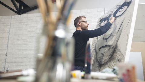 Man schildert een schilderij