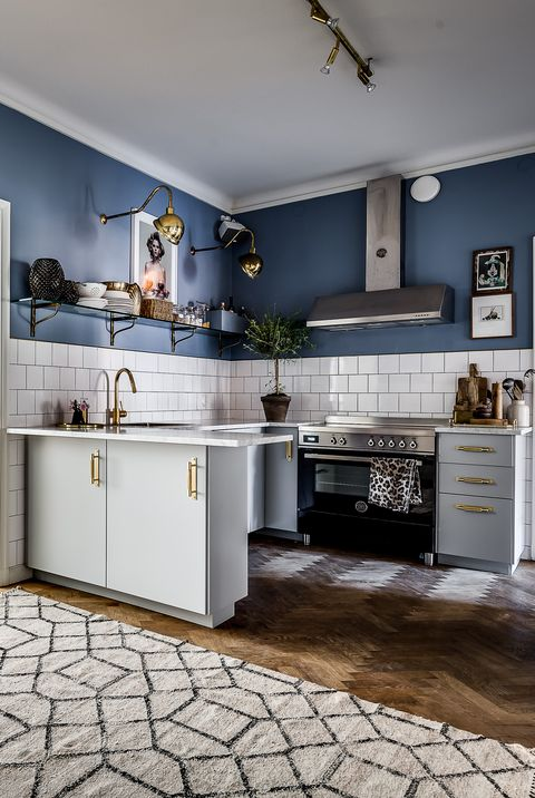 Bertazzoni kitchen with navy blue wall