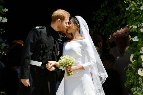 Meghan Markle y el príncipe Harry besándose tras su boda