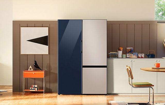 cocina con dos frigorificos de la gama bespoke de samsung