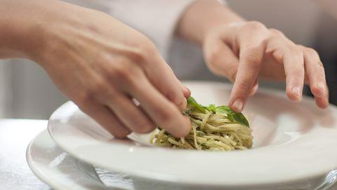 chef maakt gerecht af met groente