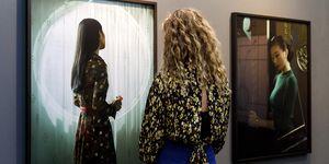 Vrouw bekijkt kunst tijdens PAN Amsterdam