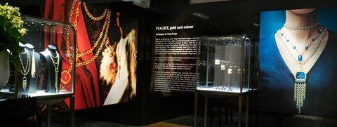 Display case, Building, Display window, Interior design, Museum, Glass, Tourist attraction, Boutique,