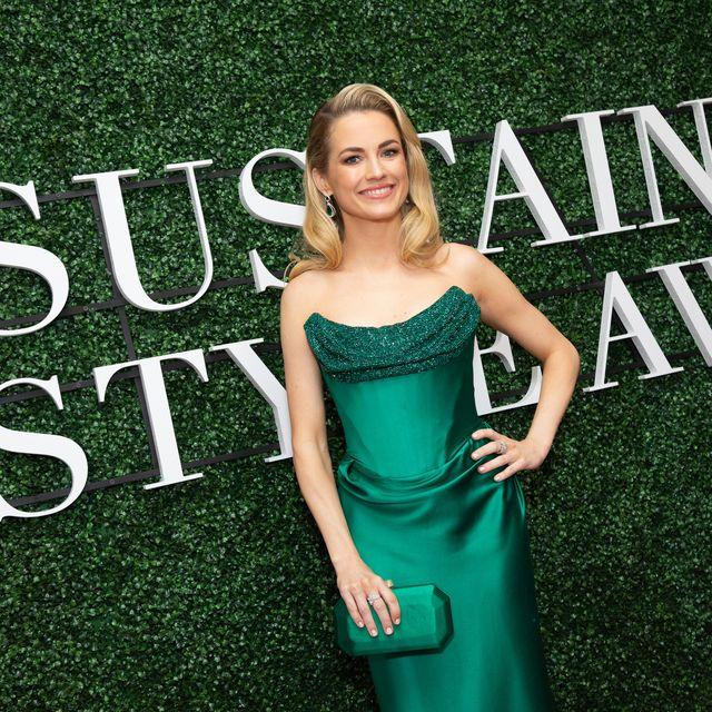 Green, Dress, Clothing, Cocktail dress, Premiere, Carpet, Shoulder, Blond, Flooring, Gown,