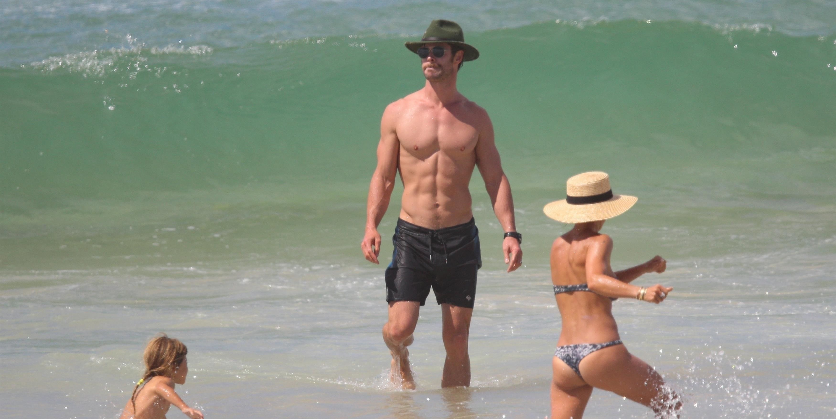 Chris Hemsworth and Matt Damon's Beach Vacation Was Better ...